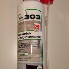 Een flacon van P303 keramiek reinigingsspray, met bijgeleverde sproeikop.