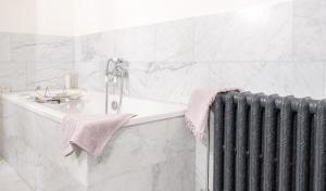 Onderhoud van een natuurstenen badkamerU kunt de Bianco Carrara in de badkamer impregneren.